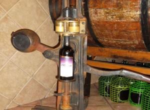 Adega Maziero - Equipamento antigo, usado para colocar a rolha nas garrafas de vinho. Hoje não é mais utilizado