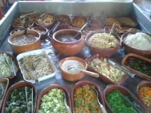 Buffet completo: Arroz branco, feijão carioca, feijoada, feijão tropeiro, farofinha de legumes, farofinha de bacon, couve refogada, quibebe de abóbora, abobrinha refogada, bolinho de arroz, torresmo, banana frita, casquinha de batatas, lasanha, macarronada.
