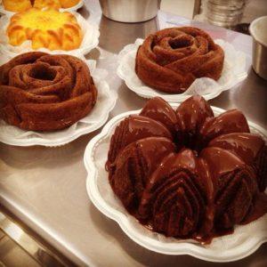 Diversas opções de bolos e mini bolos