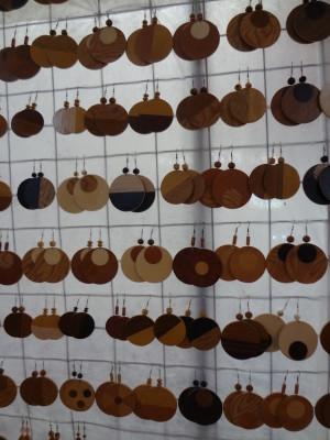 Diversas opções de brincos de madeira