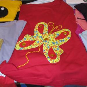 Camisetas com apliques e bordados