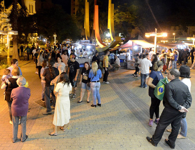 Atrações culturais, alimentação e artesanato no Centro