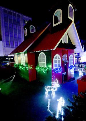 A casinha do Papai Noel ganhou neste ano um registro em foto dos visitantes