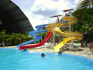 Parque aquático com 3 toboáguas