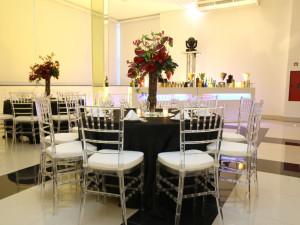 Mesas e cadeiras (tiffany acrílico) - Marcussi Eventos