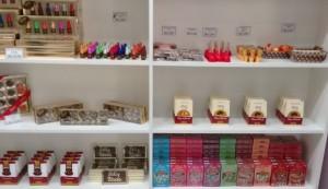 Diversas opções de doces e chocolates