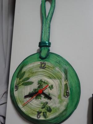 Relógio de parede feito com reciclagem de papel