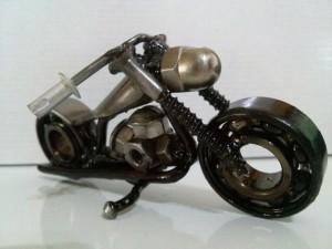 Moto feita com ferro reaproveitado
