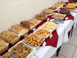 Diversas opções de pães e bolos para o café da manhã
